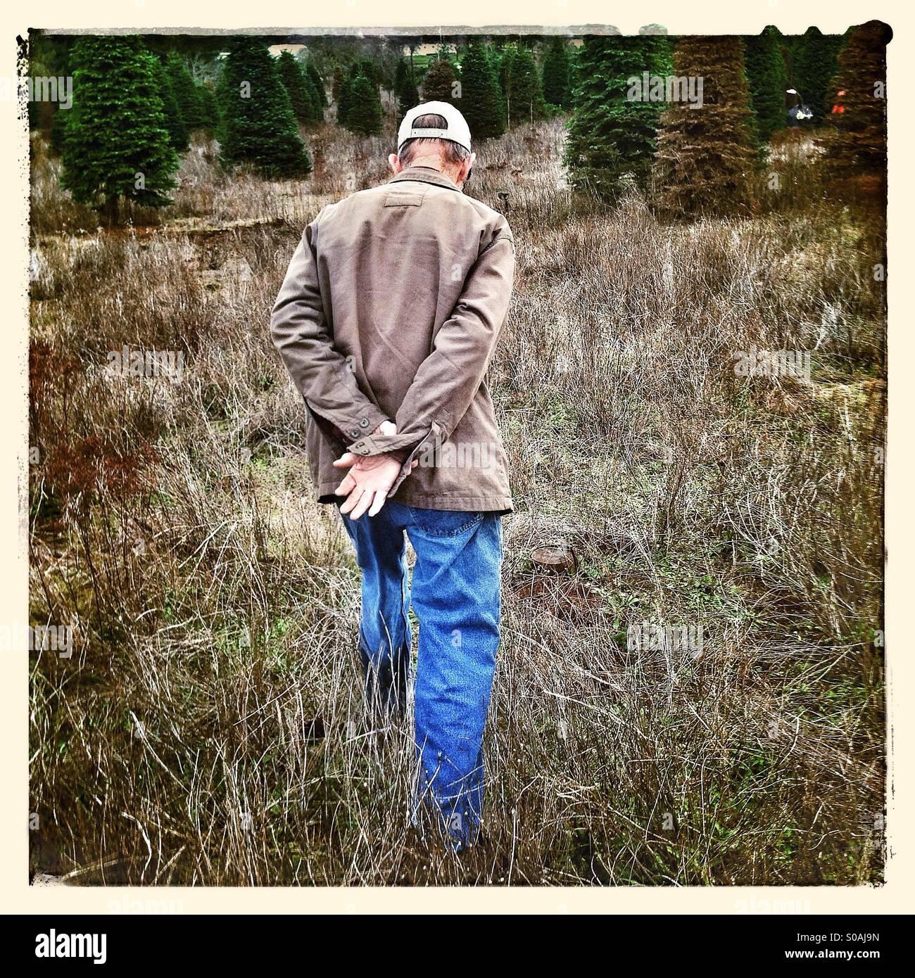 Il vecchio uomo a piedi Immagini Stock