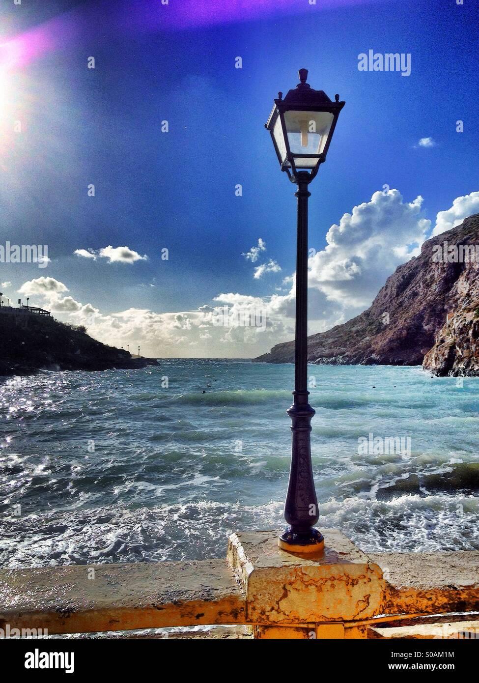 Una forte luce del sole e la tempesta onde nel porto di vuoto in inverno. Immagini Stock