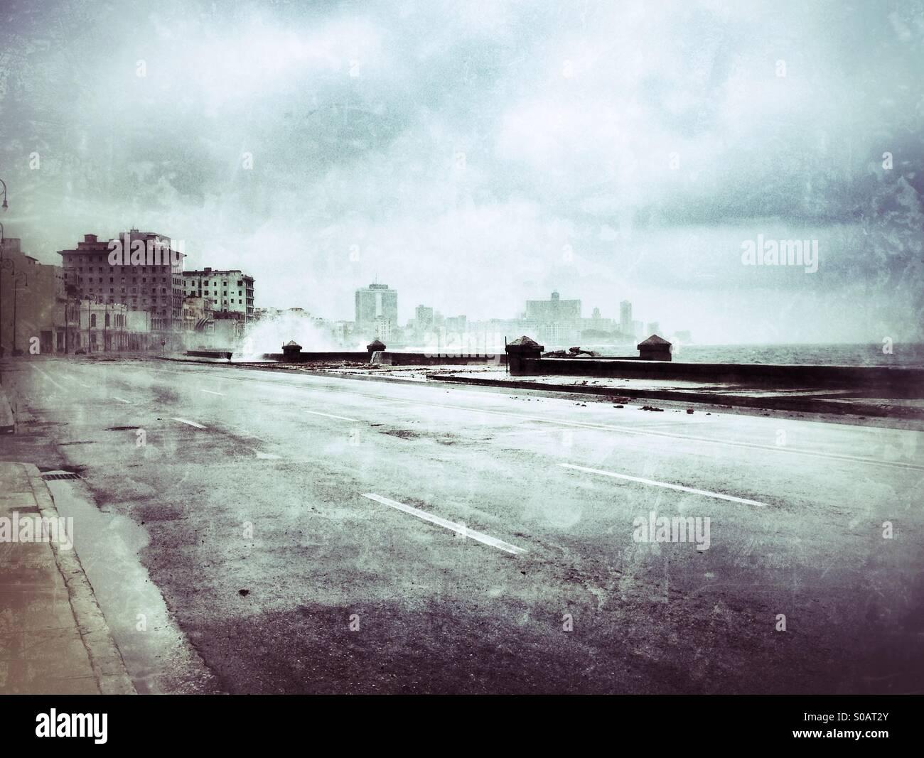 Svuotare il Malecon strada in un giorno di tempesta in Havana, Cuba Immagini Stock