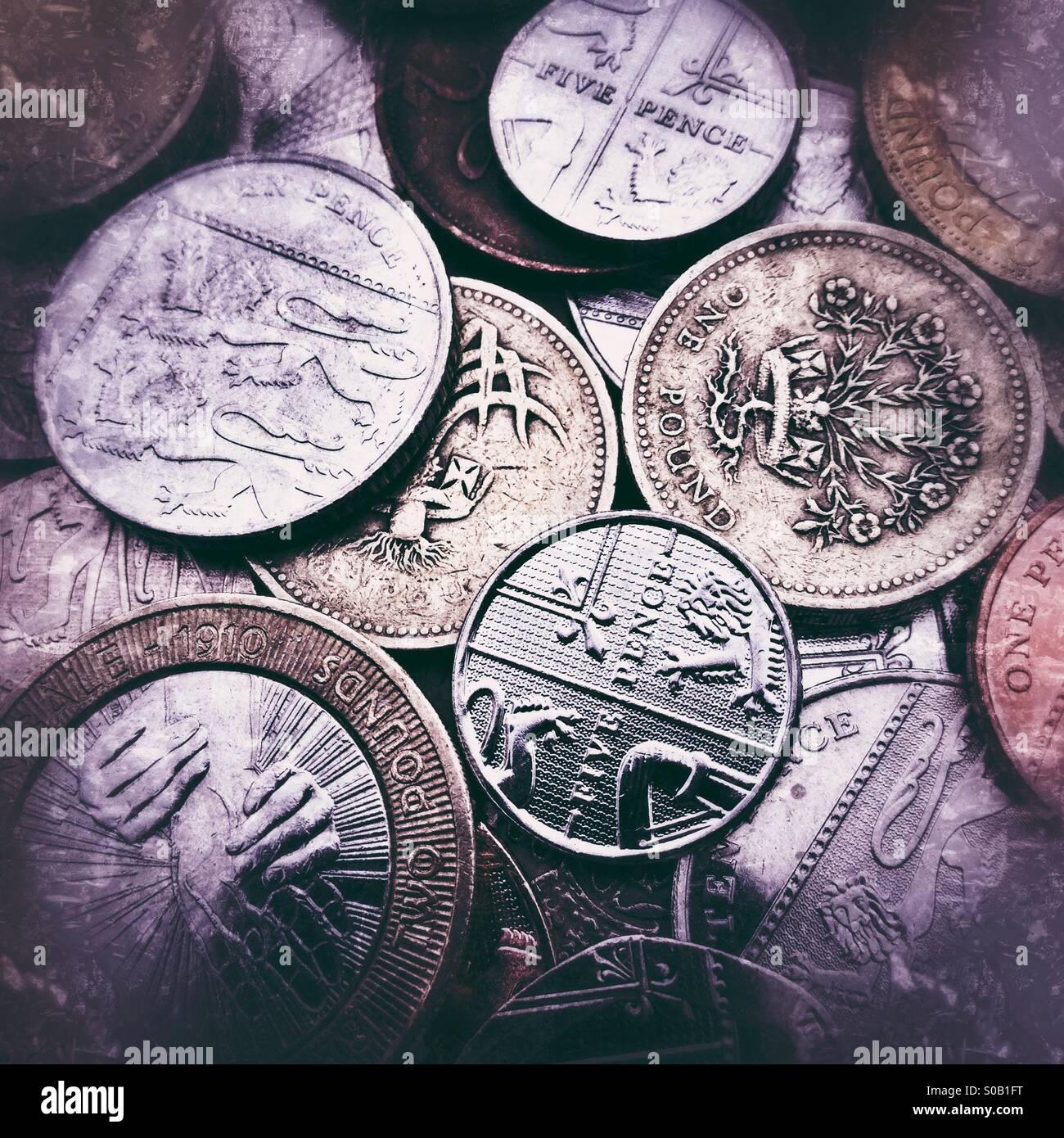Uno sfondo di monete Britanniche con grunge filtri applicati Immagini Stock