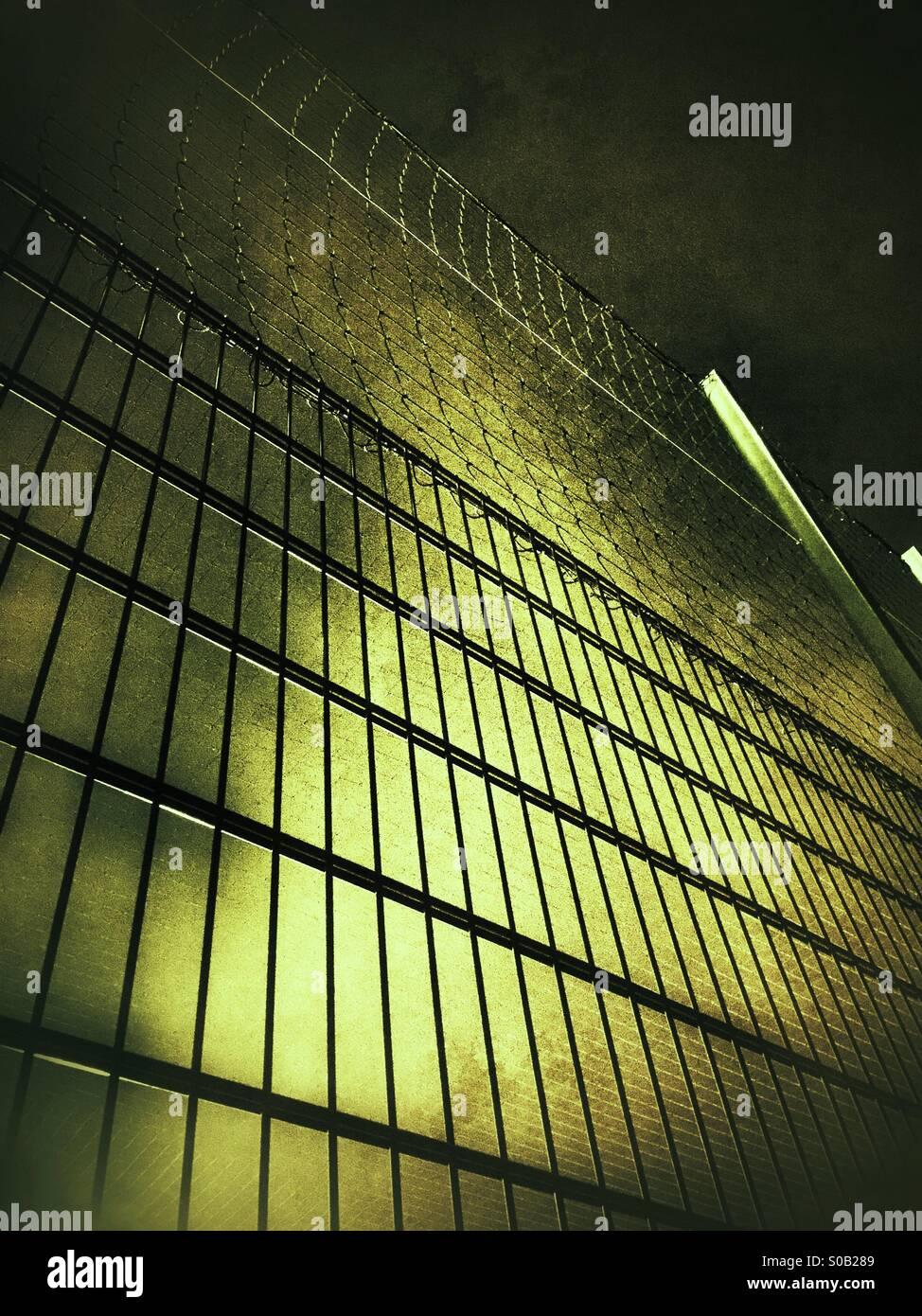 Alta recinzione metallica Immagini Stock