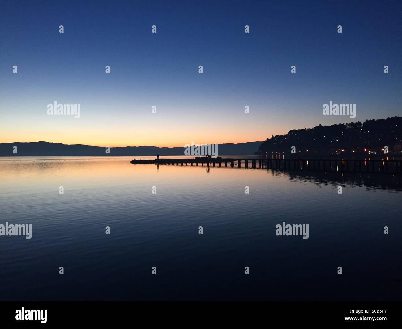 Il bellissimo lago di Ohrid durante il tramonto. Immagini Stock