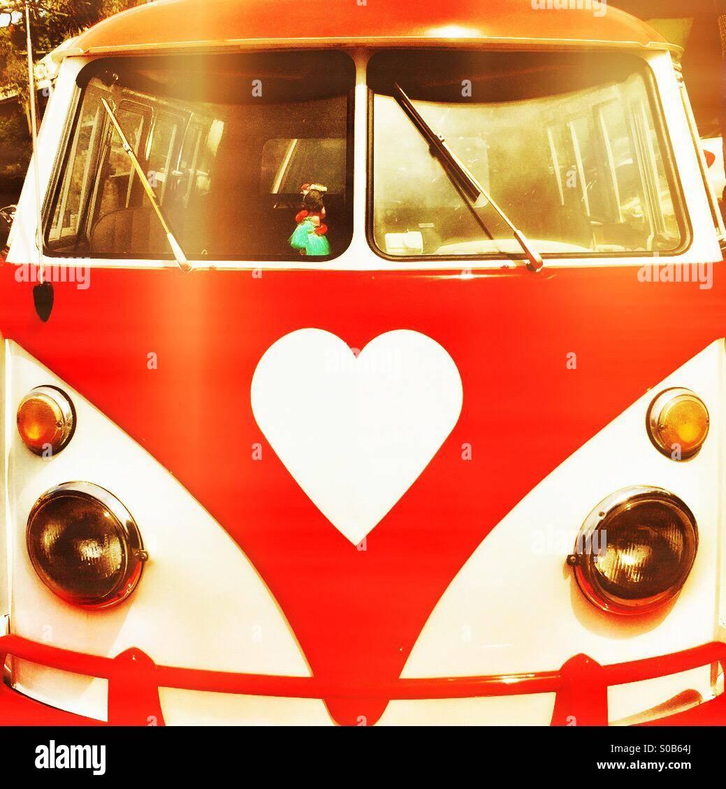 Vintage VW camper con un cuore-logo sagomato in rosso Immagini Stock