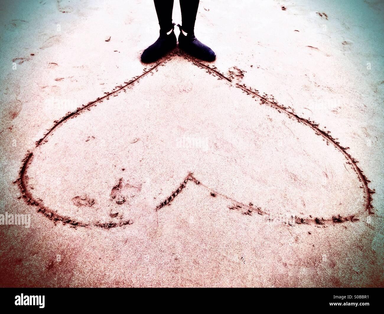 Donna in piedi sul bordo del cuore Immagini Stock