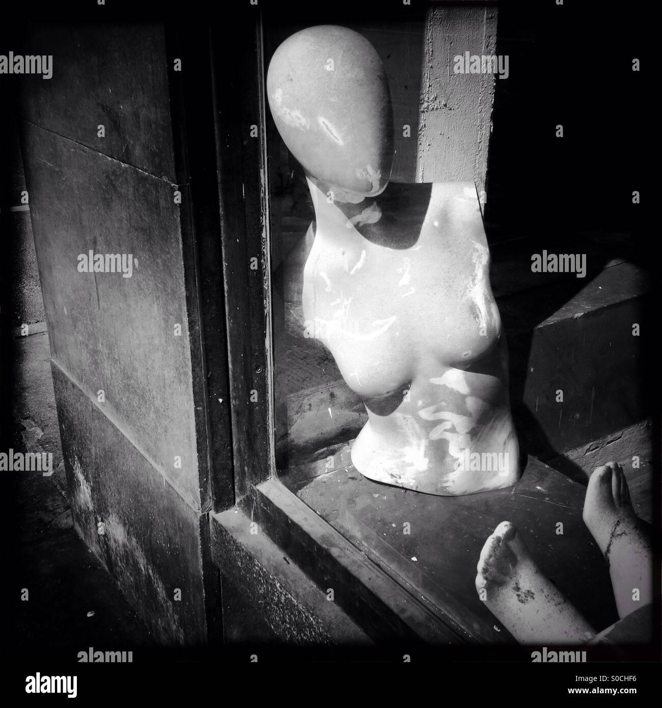 Manichino manichini lay figura figure decadenza decadimento abbandonare la finestra del negozio donna figura torso Foto Stock