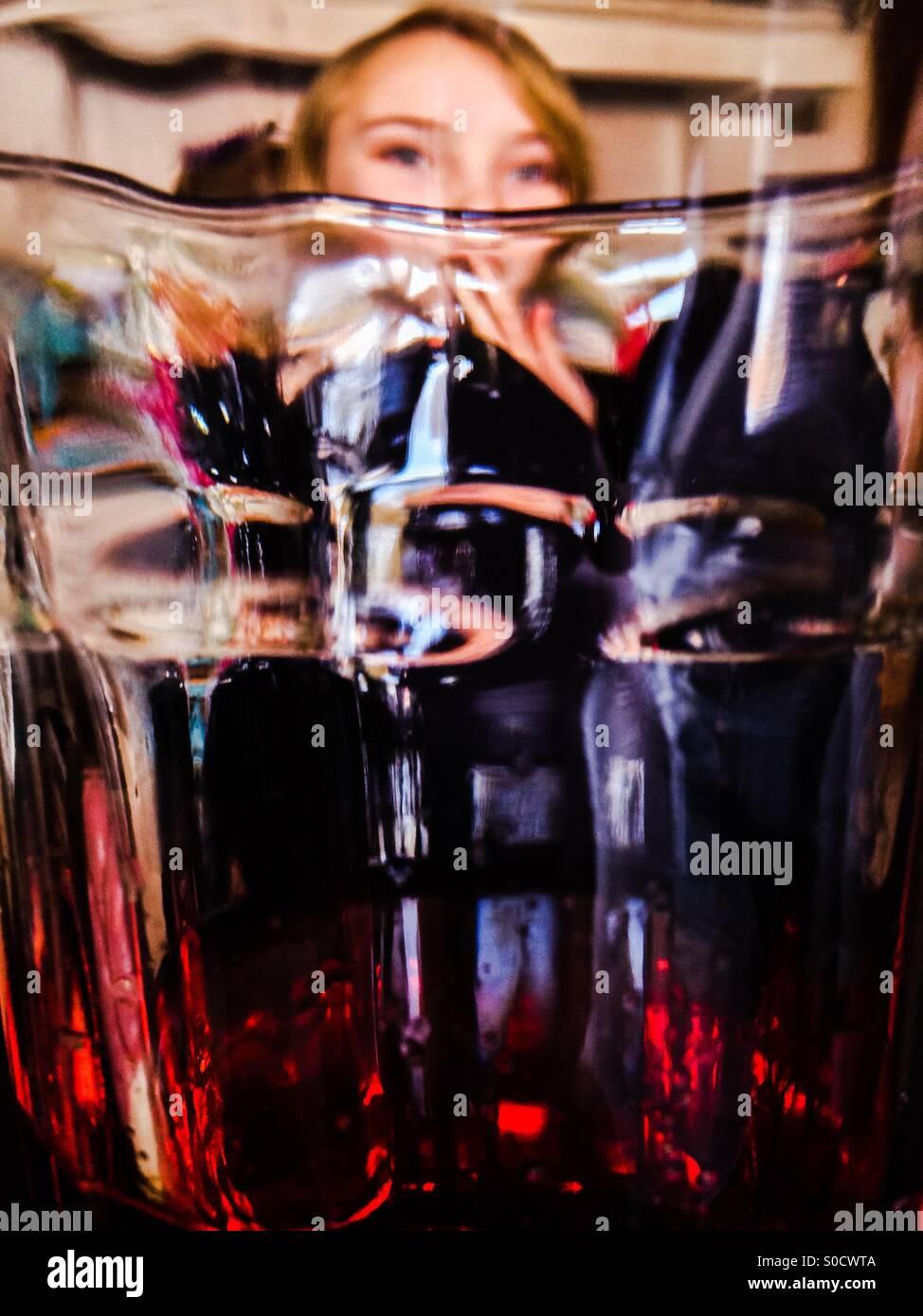 Bere il succo di frutta Foto Stock