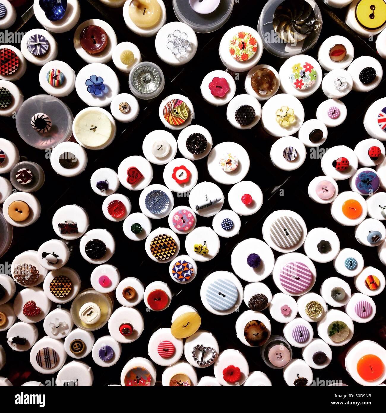 Molti dei pulsanti a merceria retail la configurazione di sfondo Immagini Stock