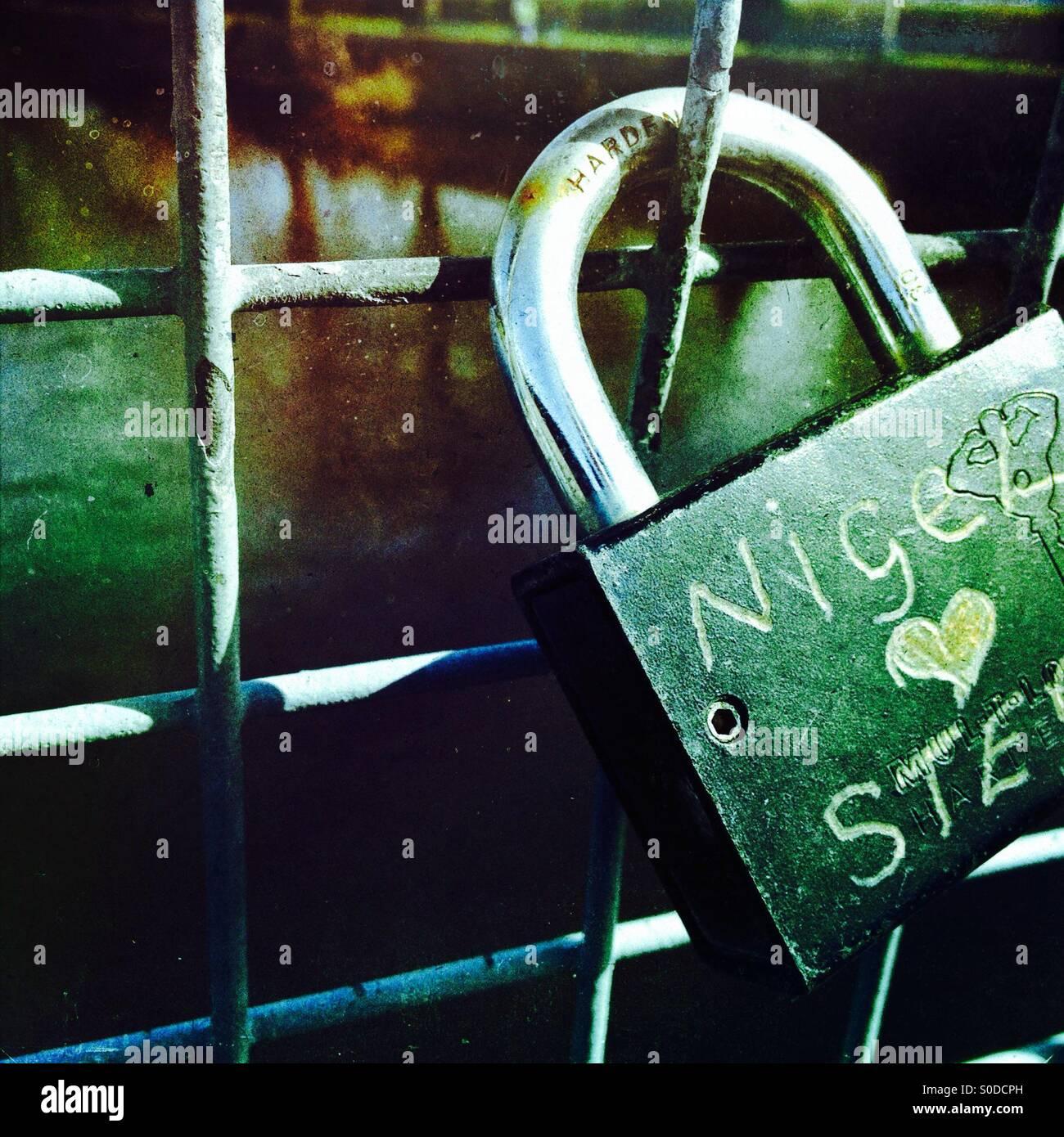 Amore bloccare su un ponte sul fiume wharf a Otley Yorkshire Immagini Stock
