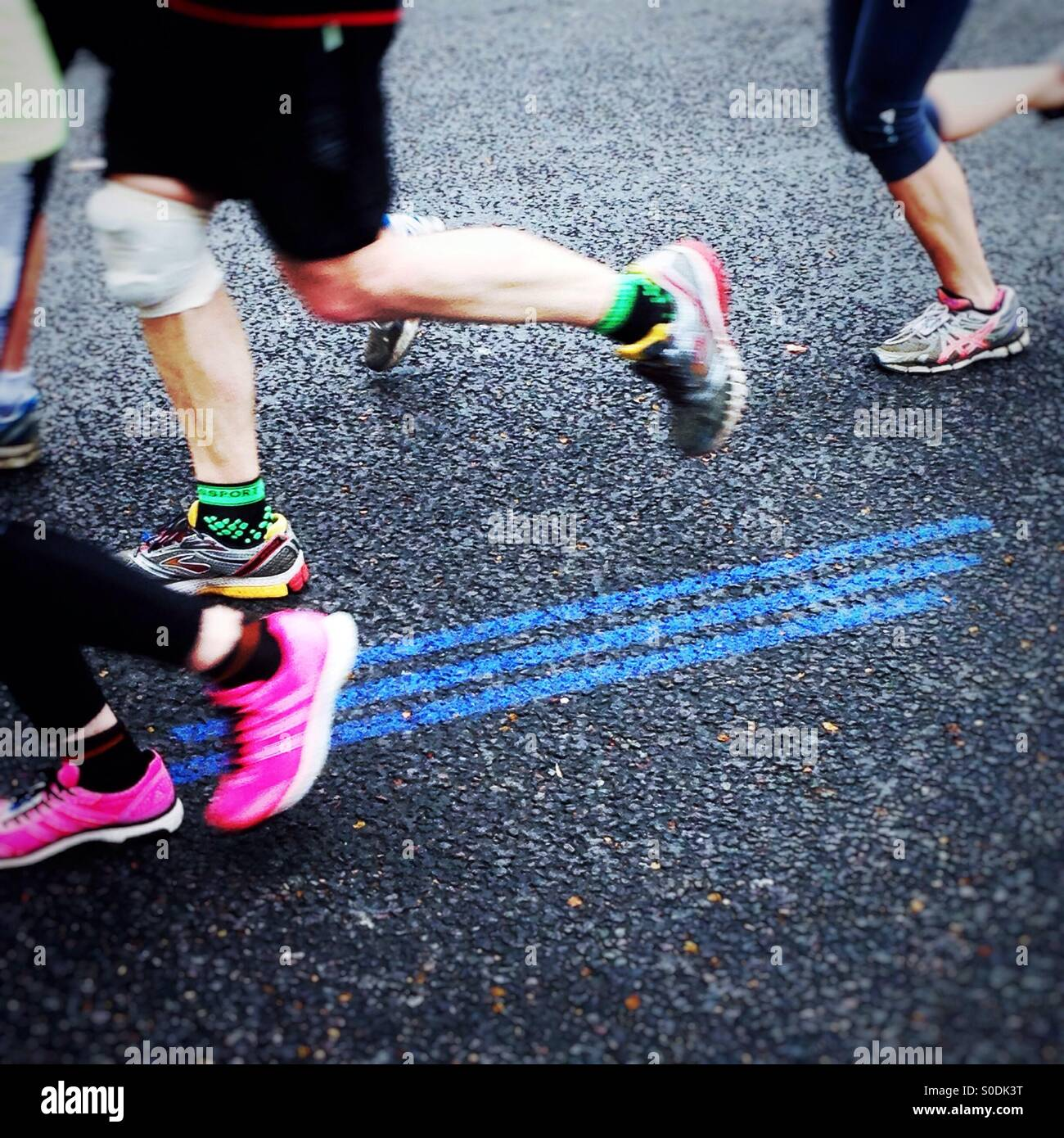 Seguire la linea blu. Soldi VIRGIN LONDON MARATHON 2015 Immagini Stock
