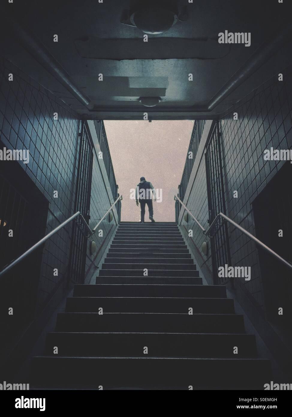 Misteriosa figura maschile lasciando la stazione della metropolitana Immagini Stock