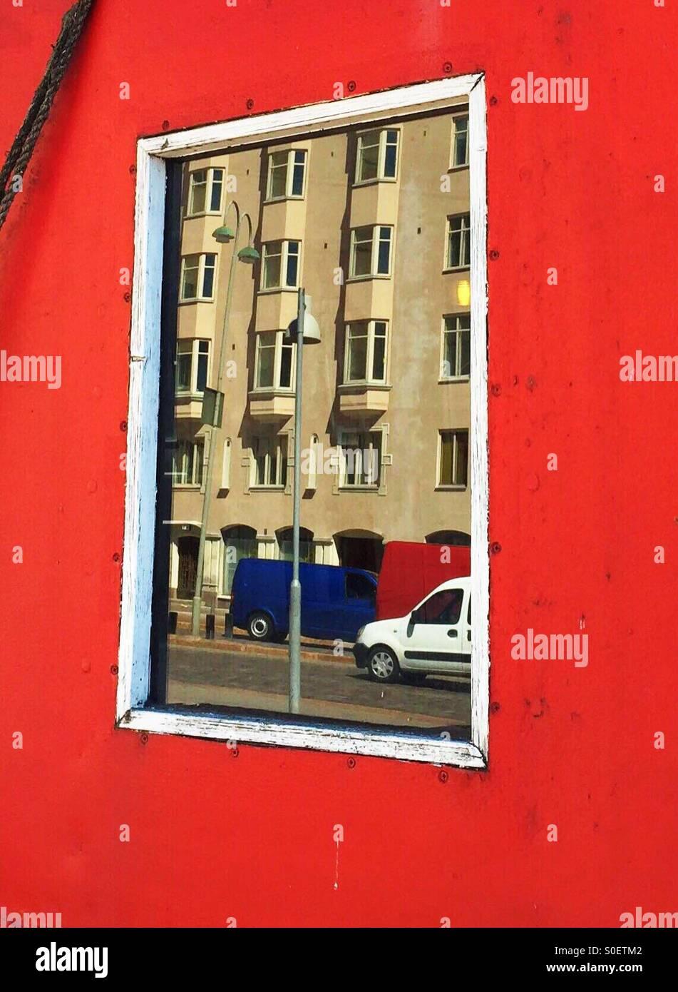 La riflessione di una casa su una finestra in barca a Helsinki Immagini Stock