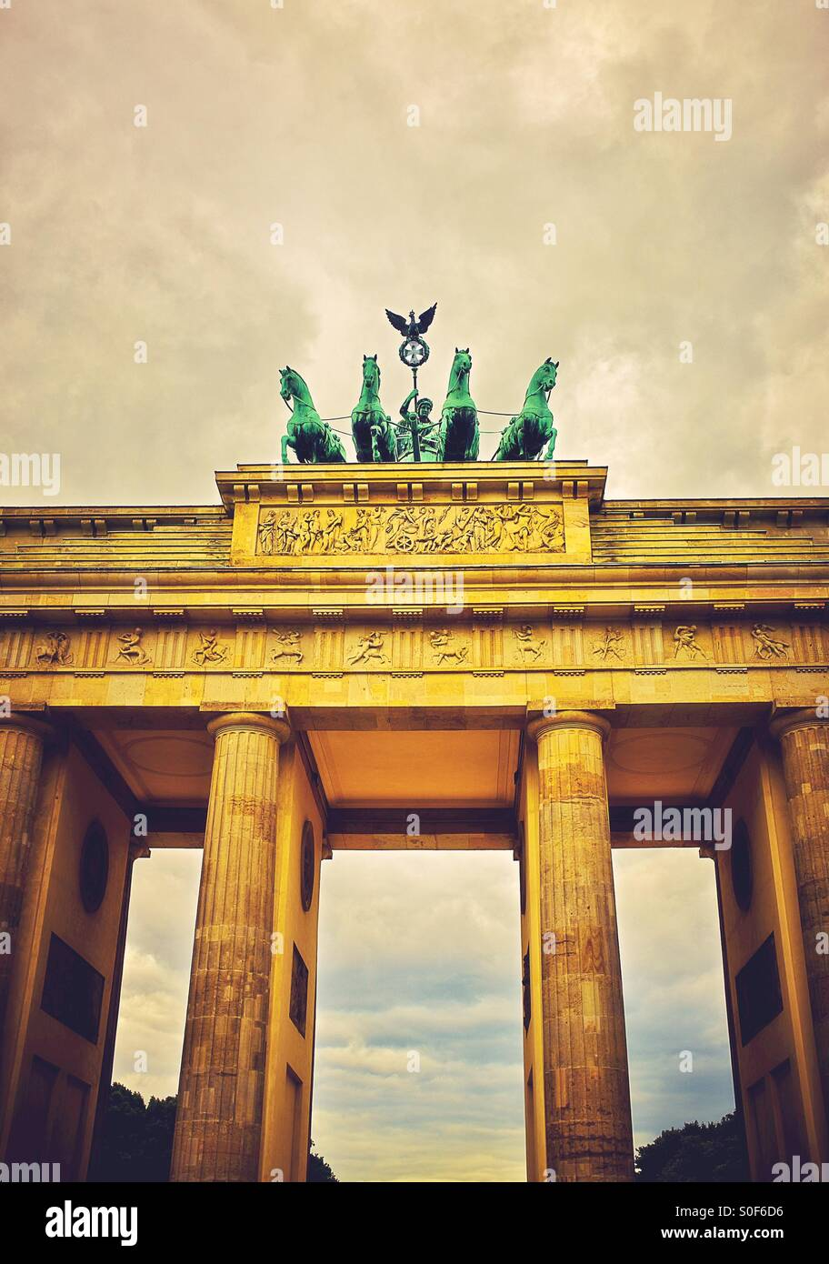 La Quadriga nella parte superiore della porta di Brandeburgo a Berlino Germania Europa Immagini Stock