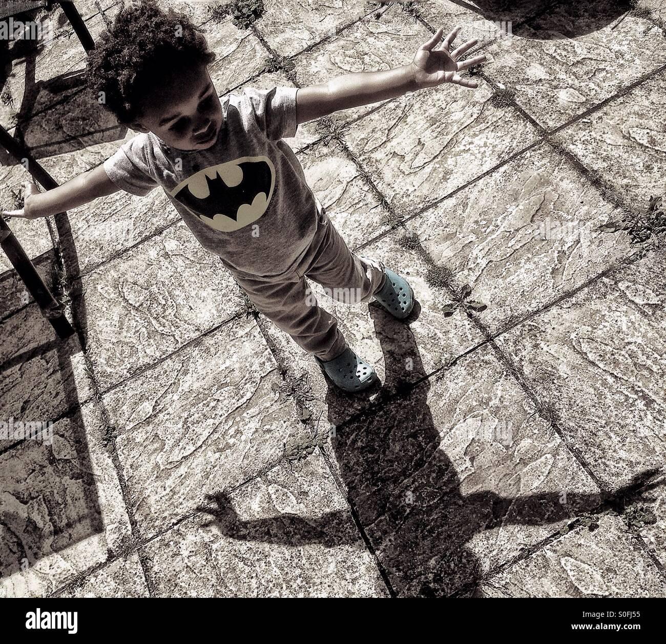 Un piccolo ragazzo e la sua ombra. Foto Stock