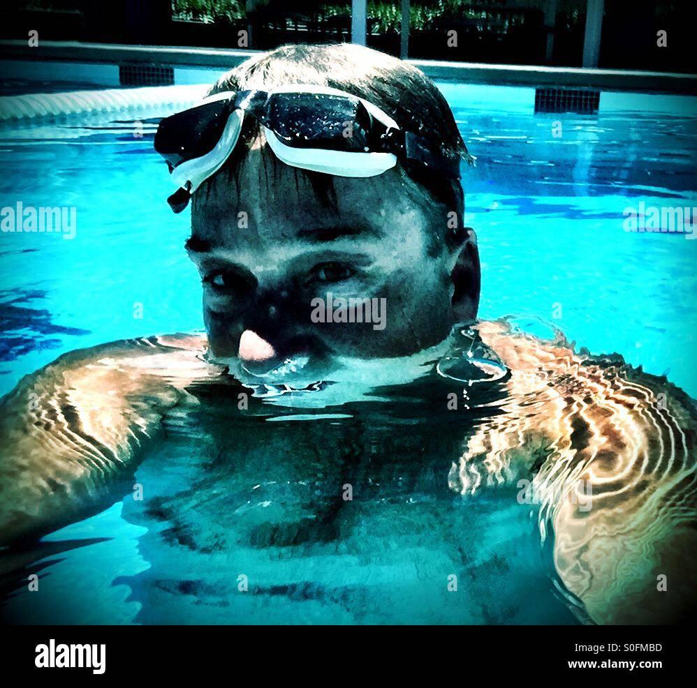 Il nuotatore. Osare guardare da uomo calcando in acqua durante la pallanuoto match. Immagini Stock