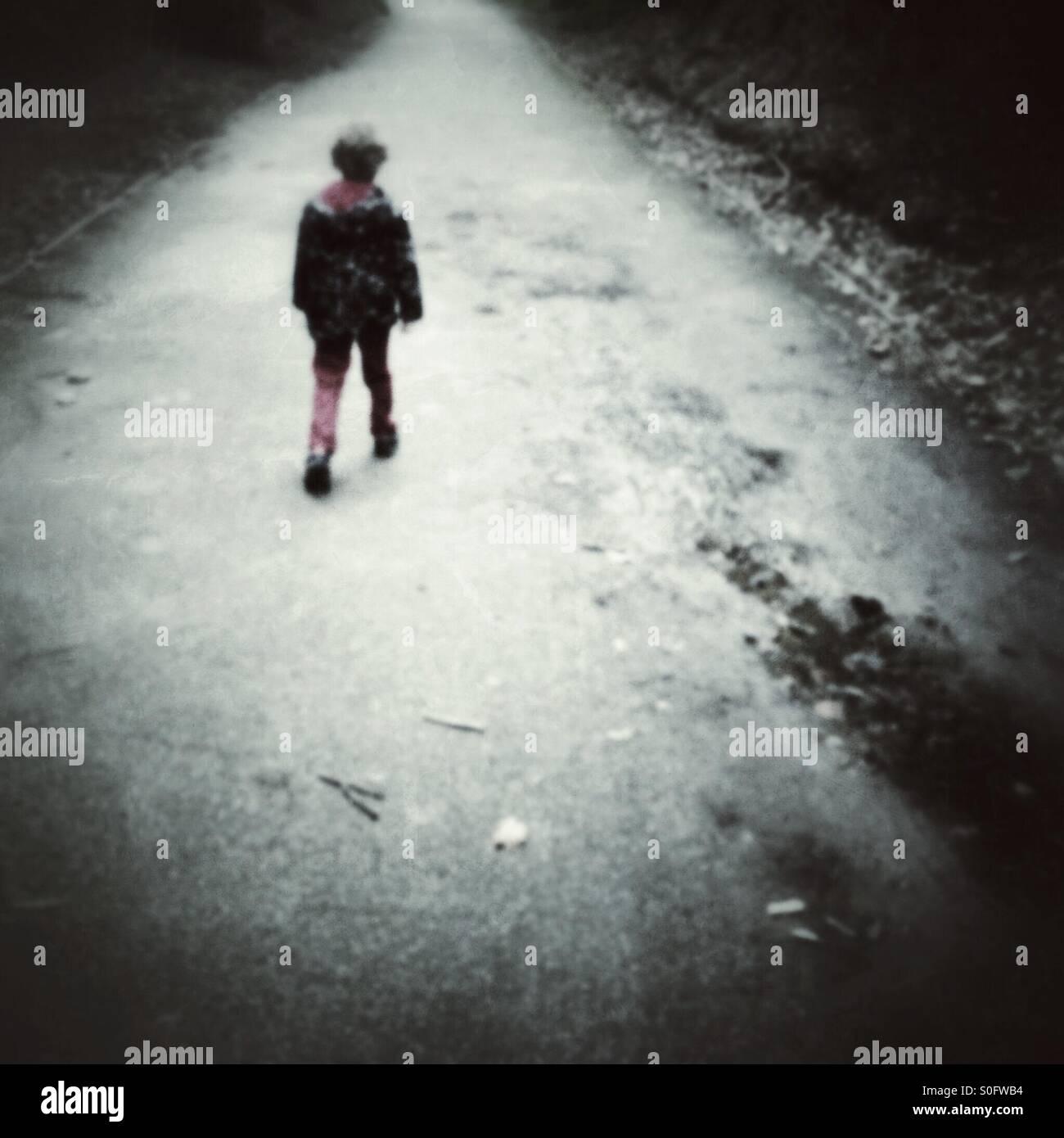 Bambino a piedi lungo un percorso Immagini Stock