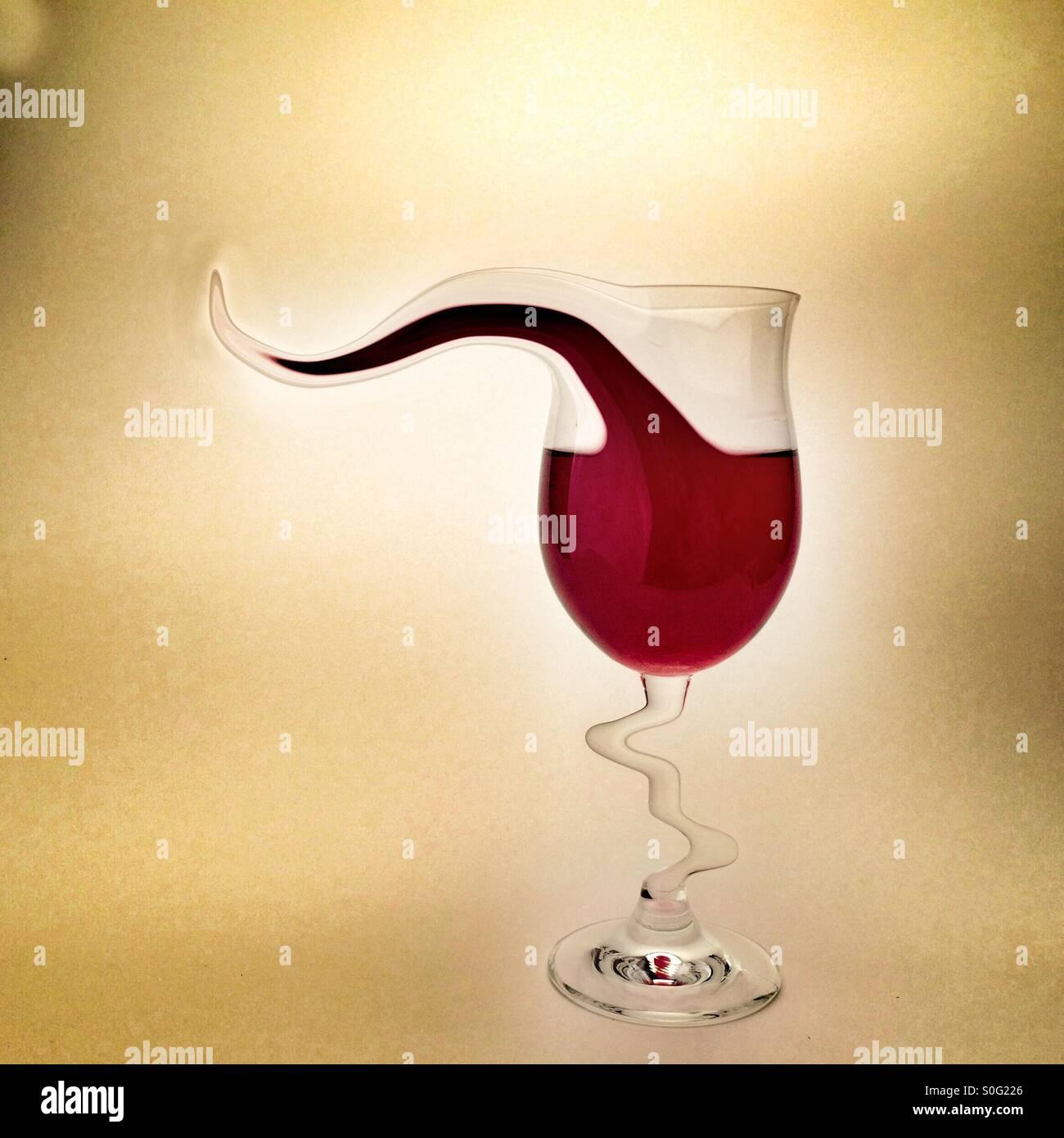 Uno per la strada manipolato digitalmente immagine raffigurante un bicchiere di vino rosso con una forma strana Immagini Stock