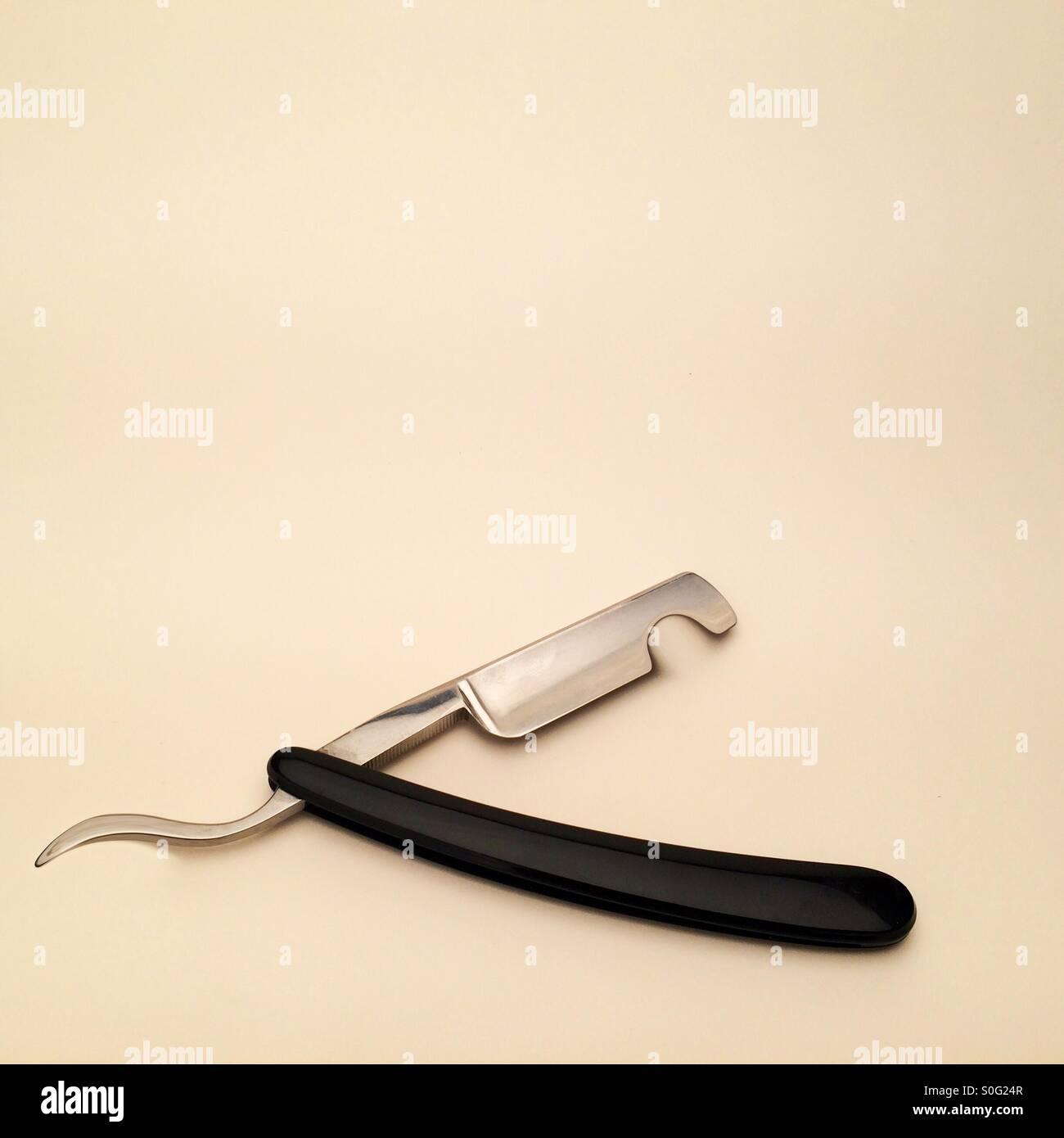 Immagine manipolata che mostra una gola tagliata il rasoio con un intaglio preso fuori di esso e spazio in abbondanza Immagini Stock