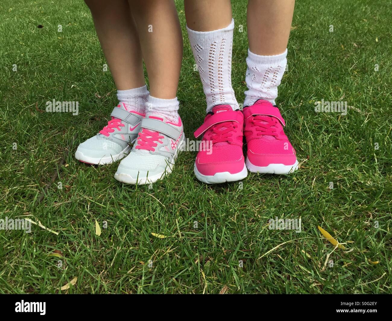 RagazzepiediIndossando Nuovi Nike Foto FormatoriScarpe Bambini bYf6gy7v