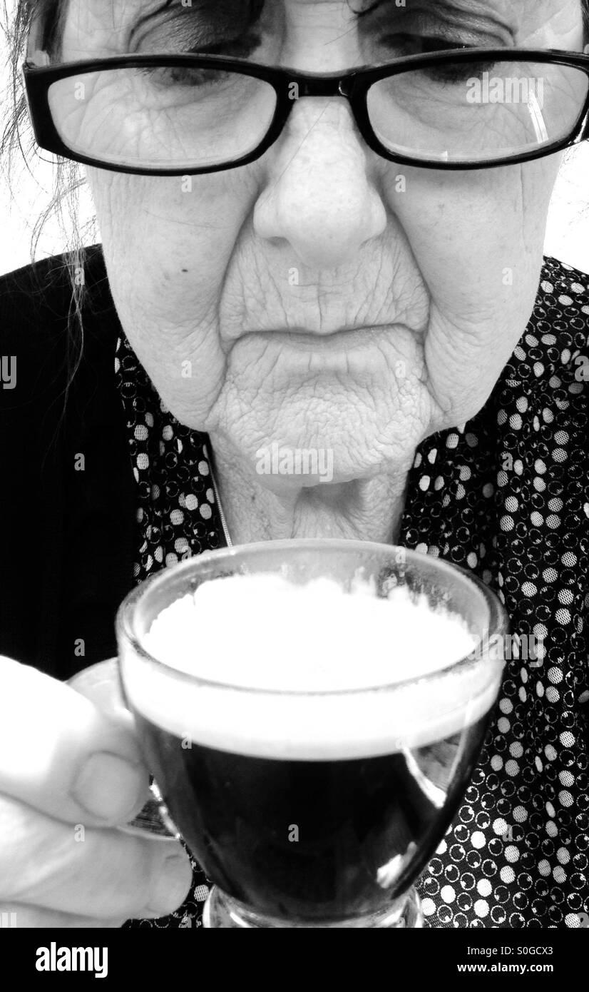 La vecchiaia titolare di pensione o di rendita con caffè espresso Immagini Stock