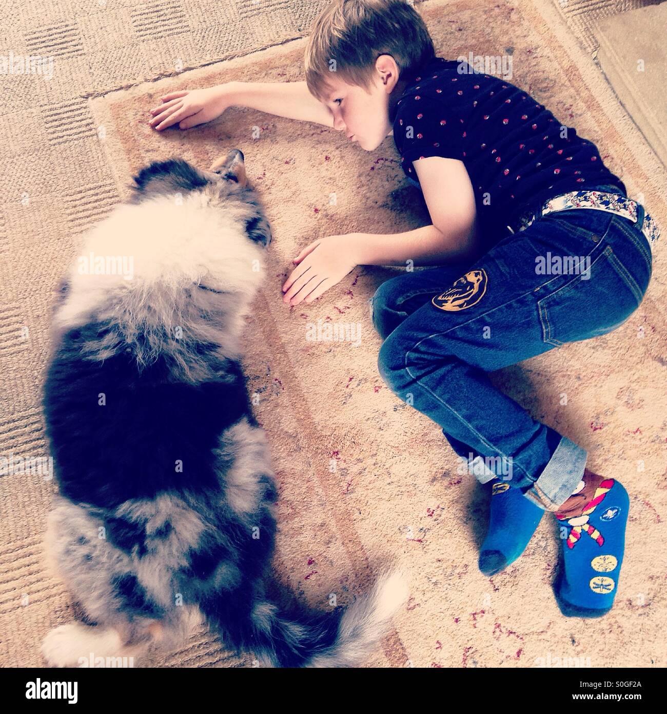 Un ragazzo e il suo cane. Migliori amici avente un periodo di riposo Immagini Stock