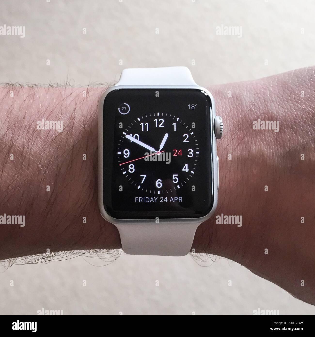 Apple Watch bianco, sport, smartwatch mostrata dall'alto verso il basso sul polso essendo attivato per mostrare Immagini Stock