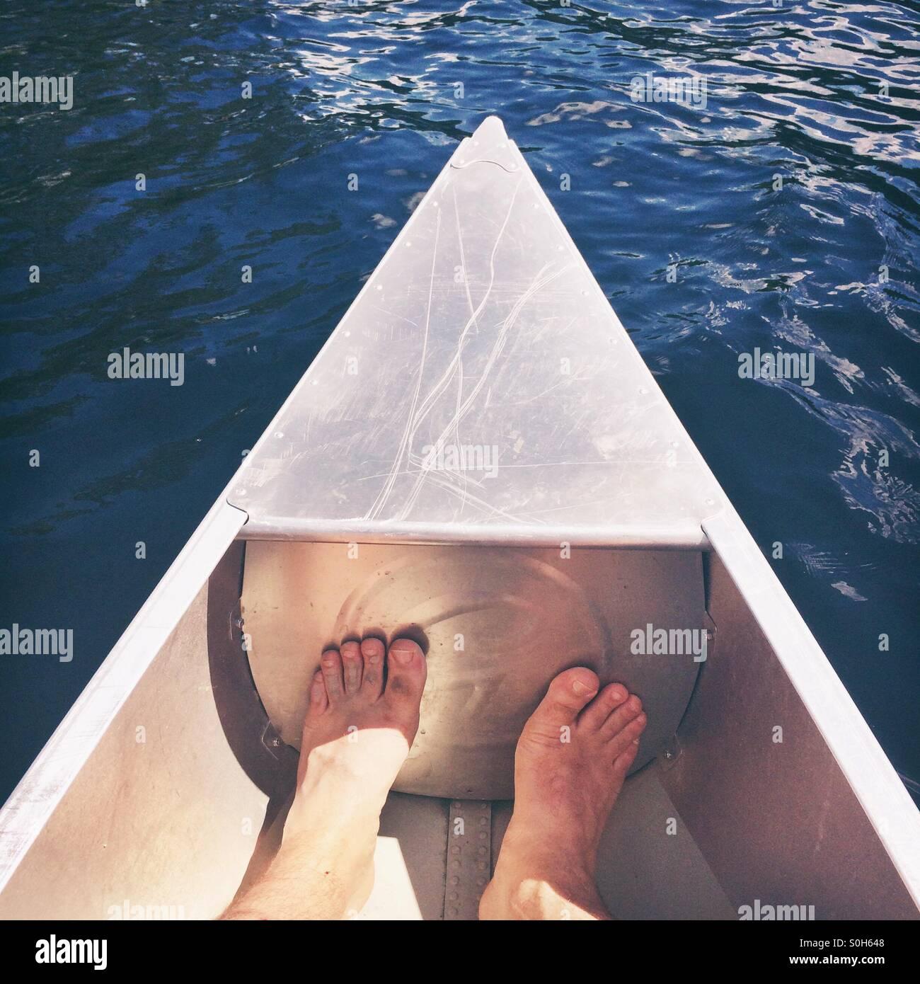 Due piedi in una canoa Immagini Stock