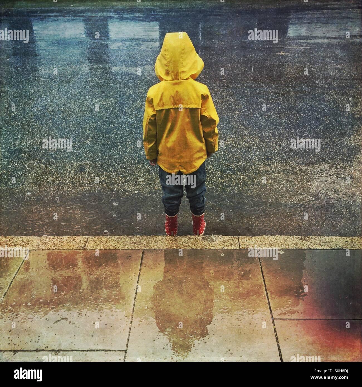 Bambino sotto la pioggia Immagini Stock