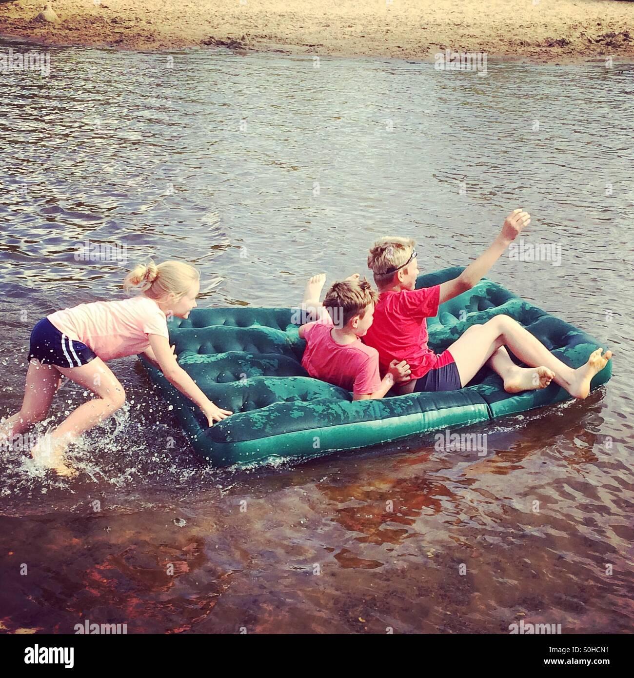 Bambini divertirsi sul fiume Immagini Stock