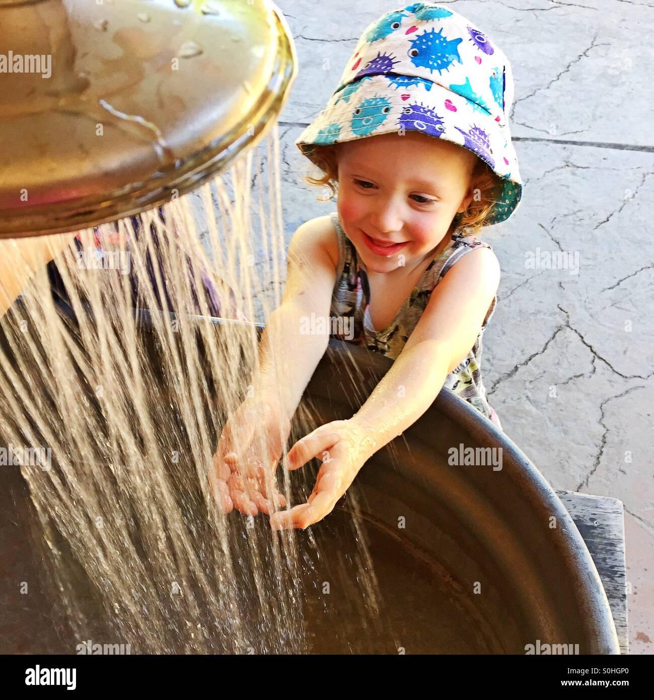 Bimbi felici il lavaggio mani Immagini Stock