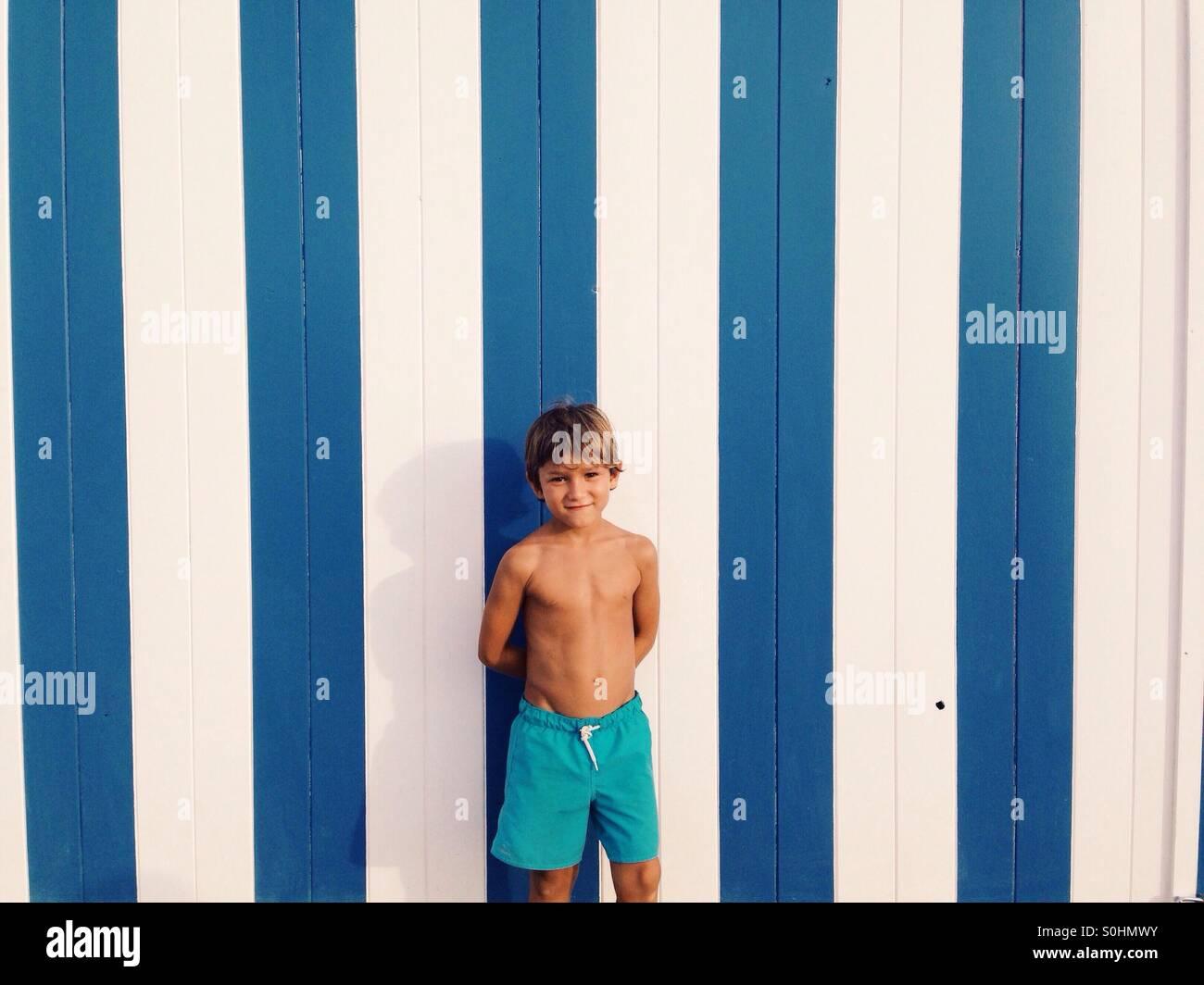 Costume Da Bagno Ragazzo : Sei anni vecchio ragazzo ritratto con costumi da bagno blu foto