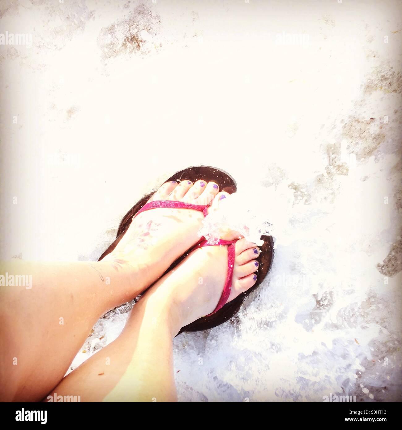 Pagaiando piedi lavato fuori da un'onda Foto Stock