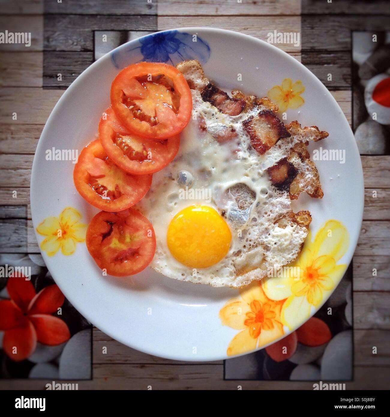 Uovo fritto di pancetta e pomodori Immagini Stock