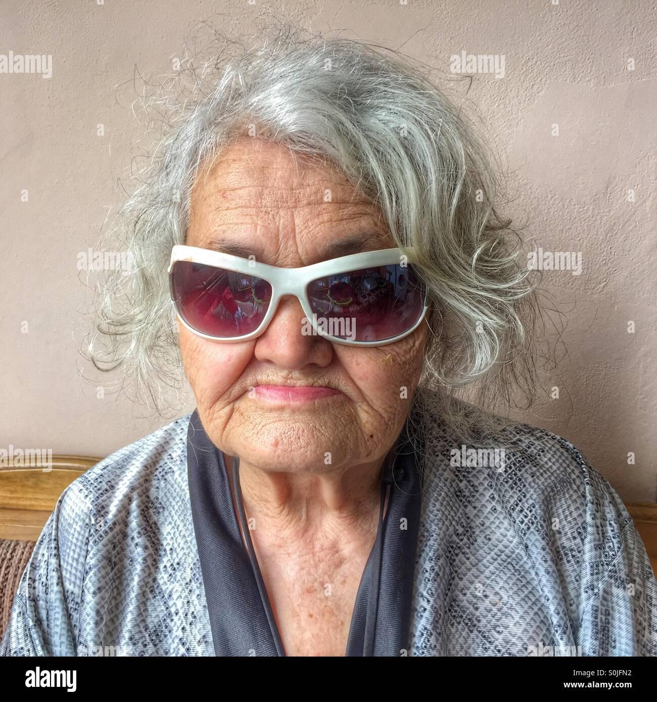 Donna anziana con occhiali da sole Immagini Stock