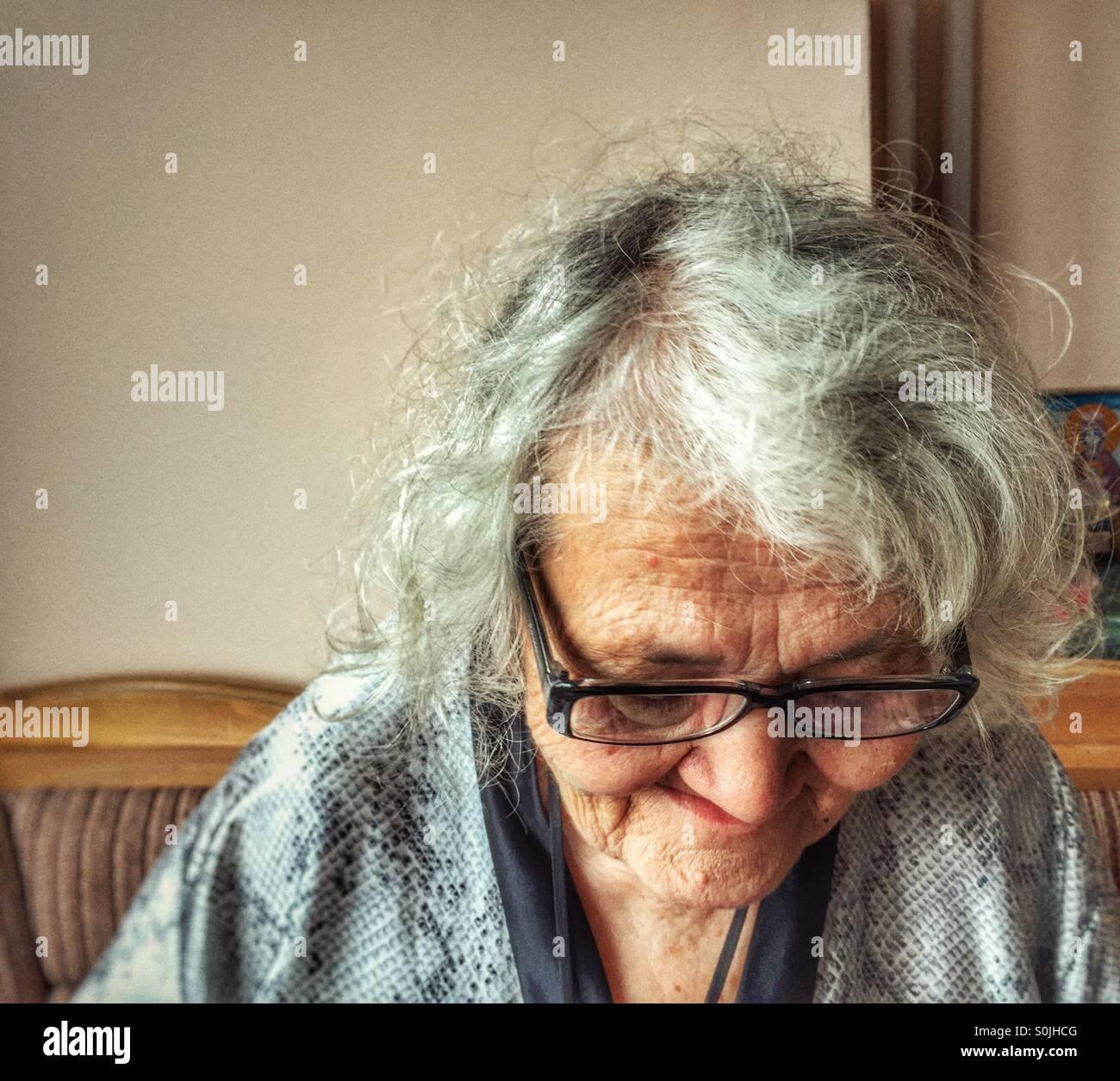 Donna anziana la lettura Immagini Stock