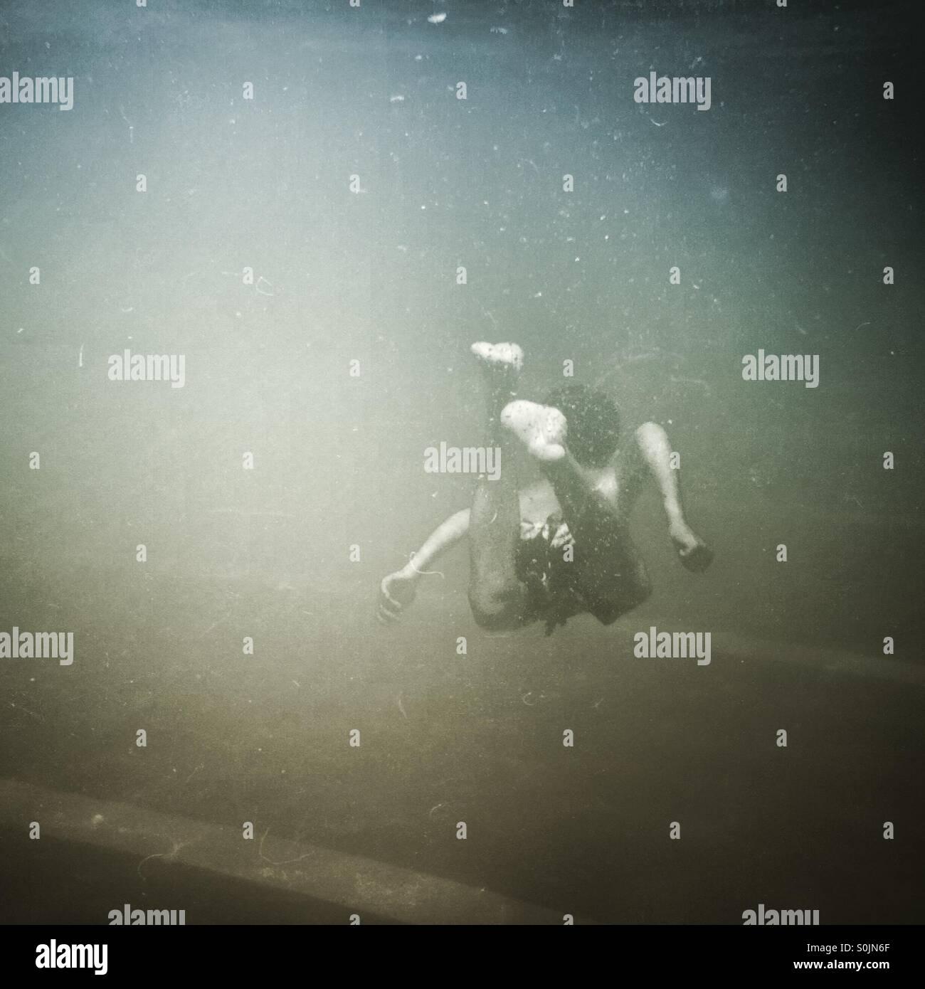 Ragazzo di nuoto in piscina Immagini Stock