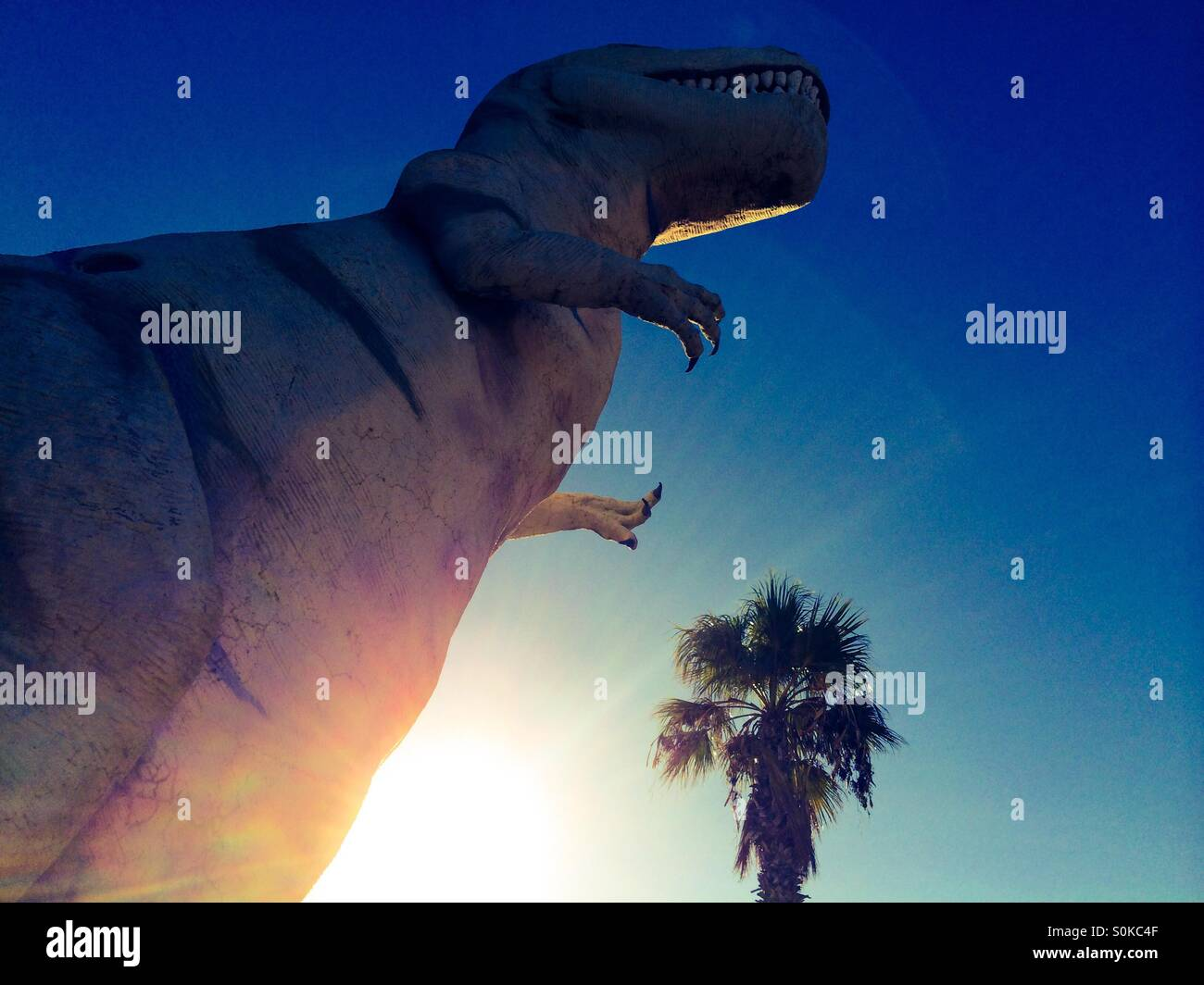 T Rex dinosauro attrazione sul ciglio della strada lungo la statale a Cabazon, California vicino a Palm Springs. Immagini Stock