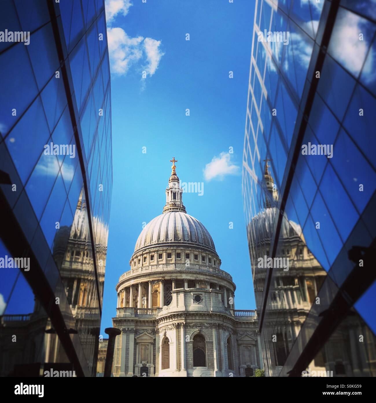 La cupola della cattedrale di San Paolo a sandwich tra il moderno un nuovo sviluppo delle modifiche Immagini Stock