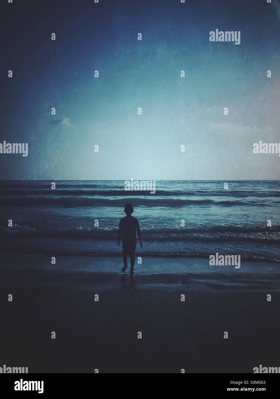 Little Boy in riva al mare Immagini Stock