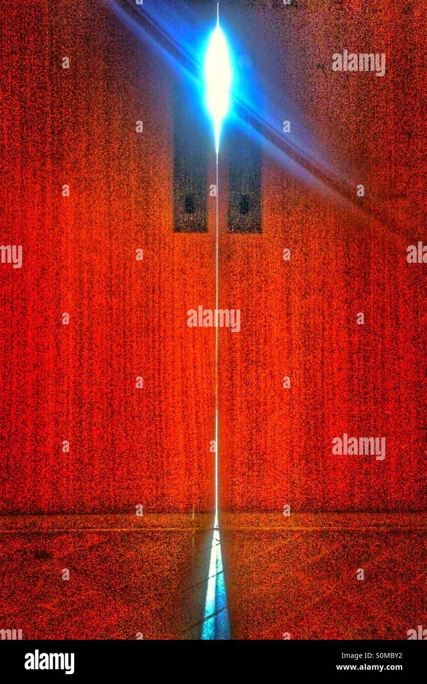 Porta Rossa con luce spiata attraverso Immagini Stock
