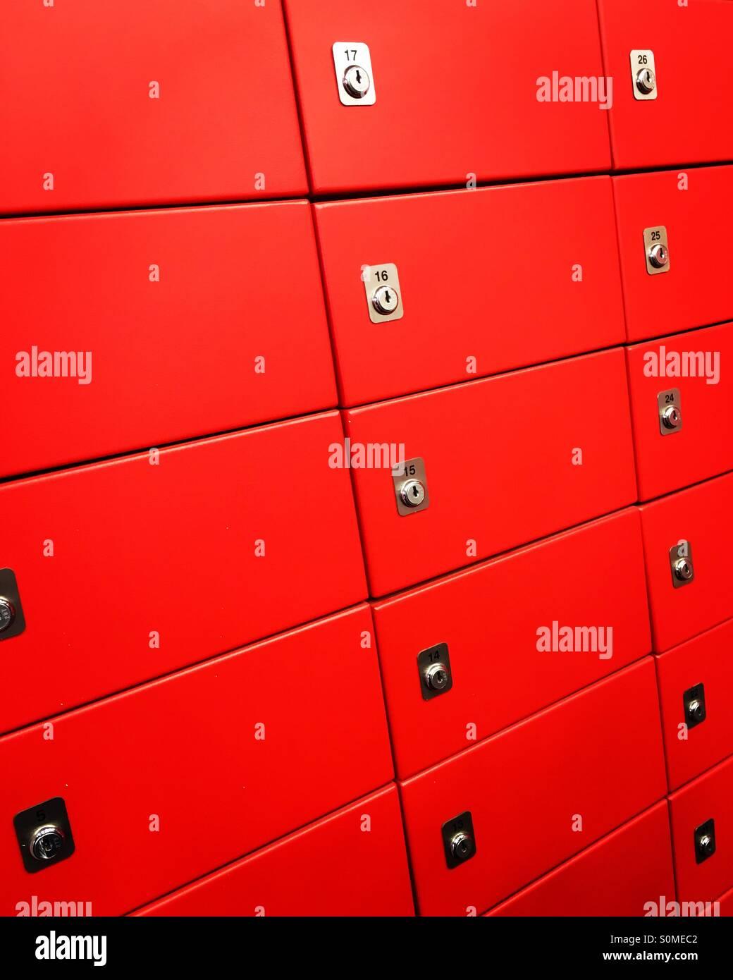 Rosso numerato delle cassette di sicurezza. Immagini Stock