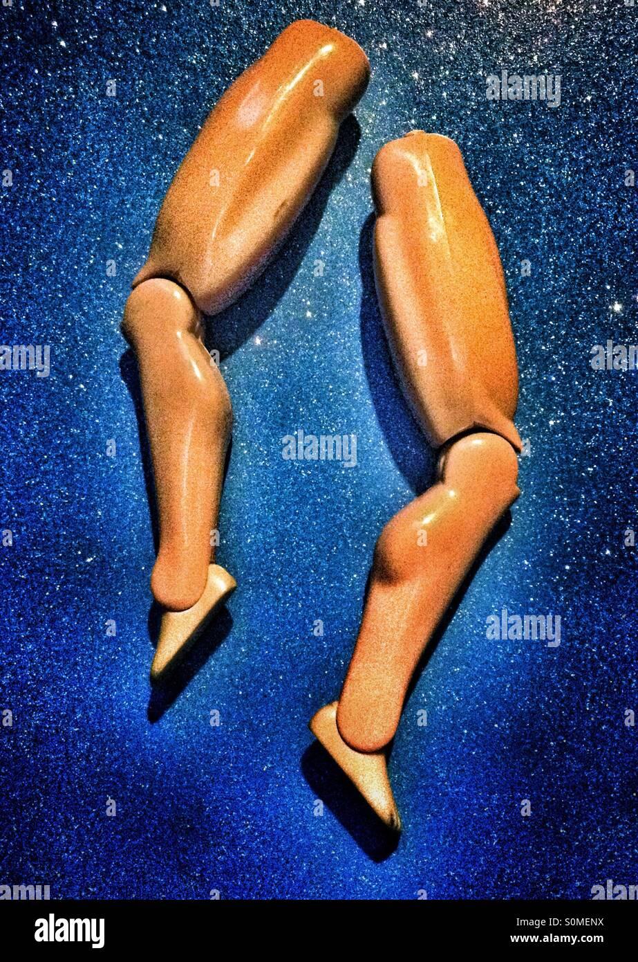 Smembrato delle gambe di una bambola maschio su un blu sfondo scintillanti Immagini Stock