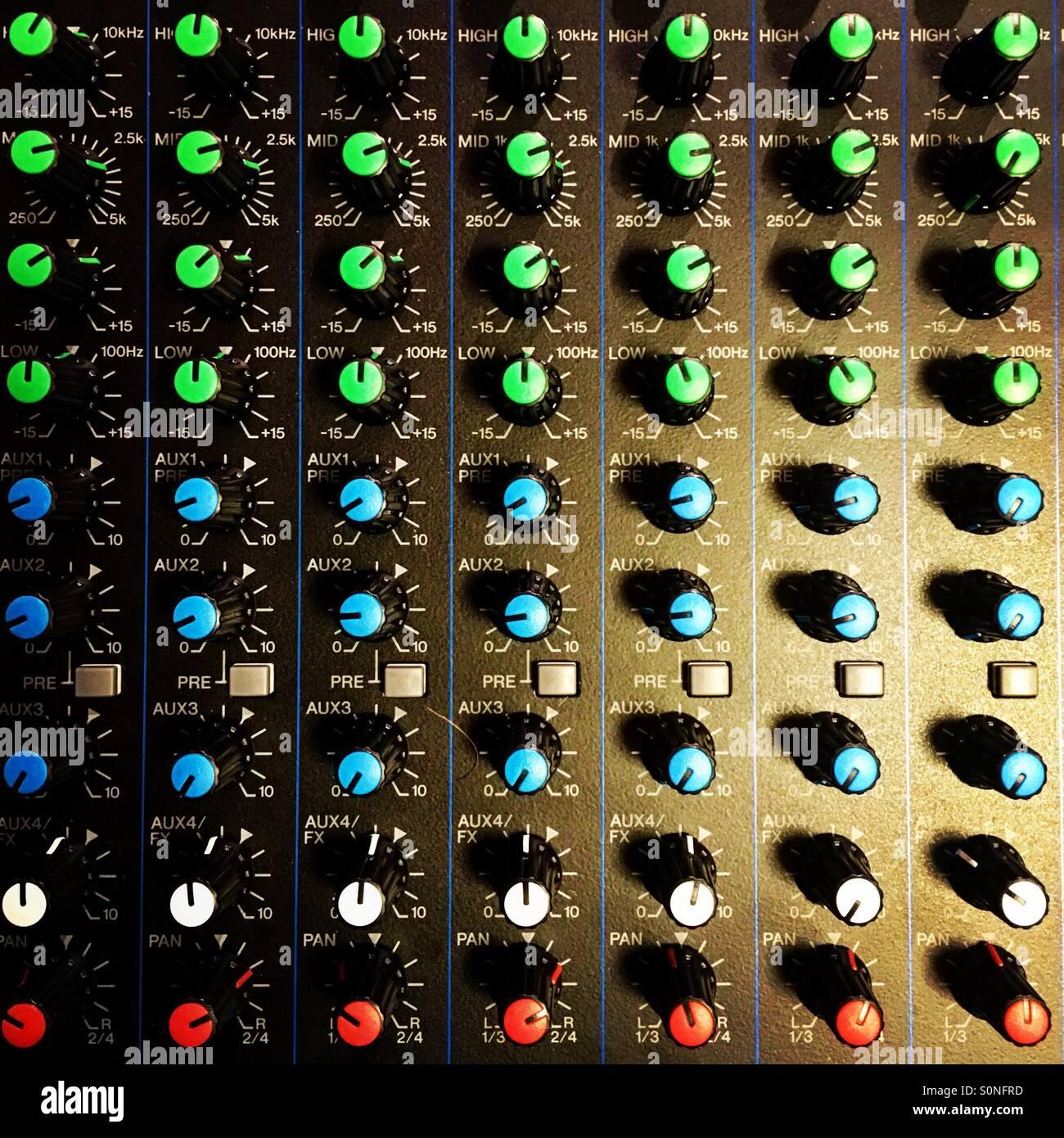 Ingegnere del suono studio console di mixaggio. Immagini Stock