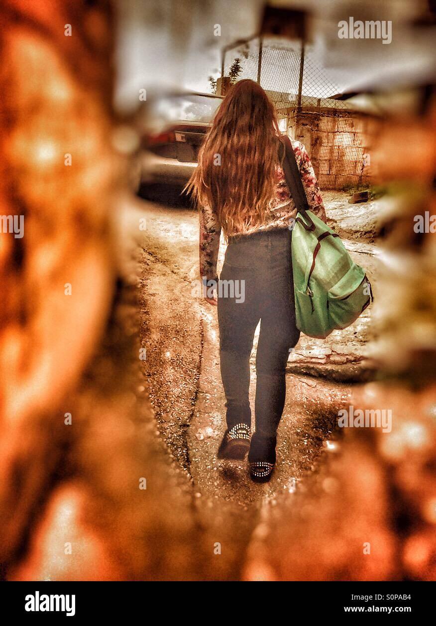 School girl,street,nuovamente,bionda,a piedi dalla scuola ,blair a parete, Immagini Stock