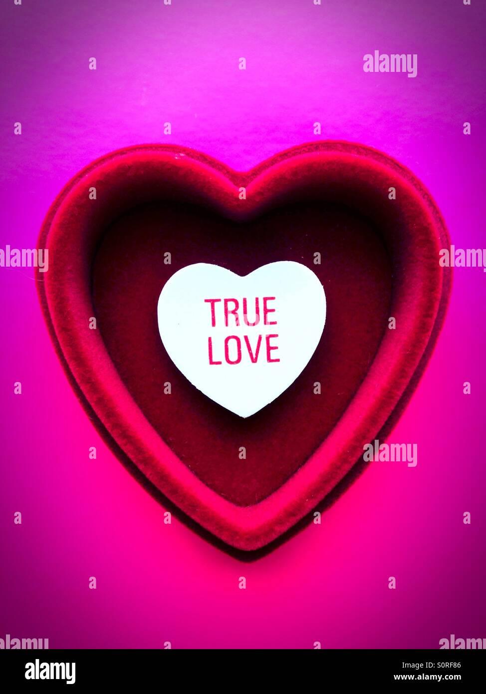 Un cuore dentro un altro cuore con le parole il vero amore scritto su di esso. Immagini Stock