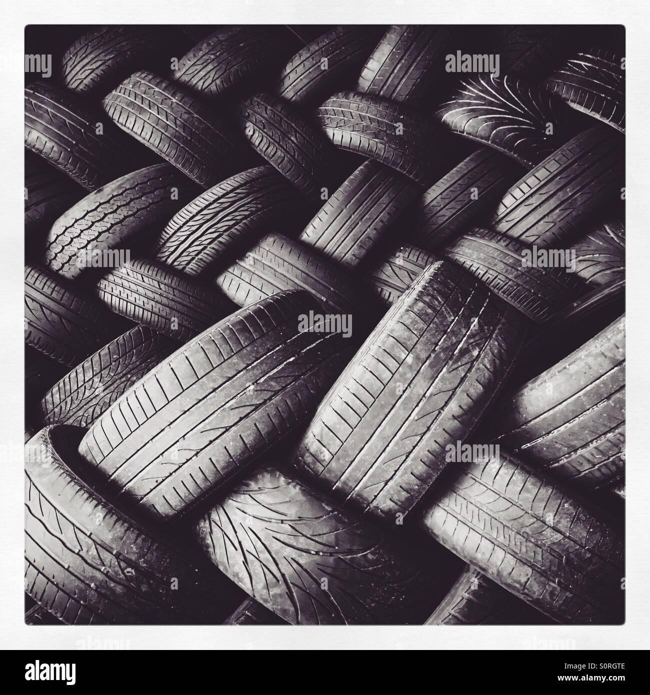 Un mucchio di auto usate di pneumatici. Immagini Stock