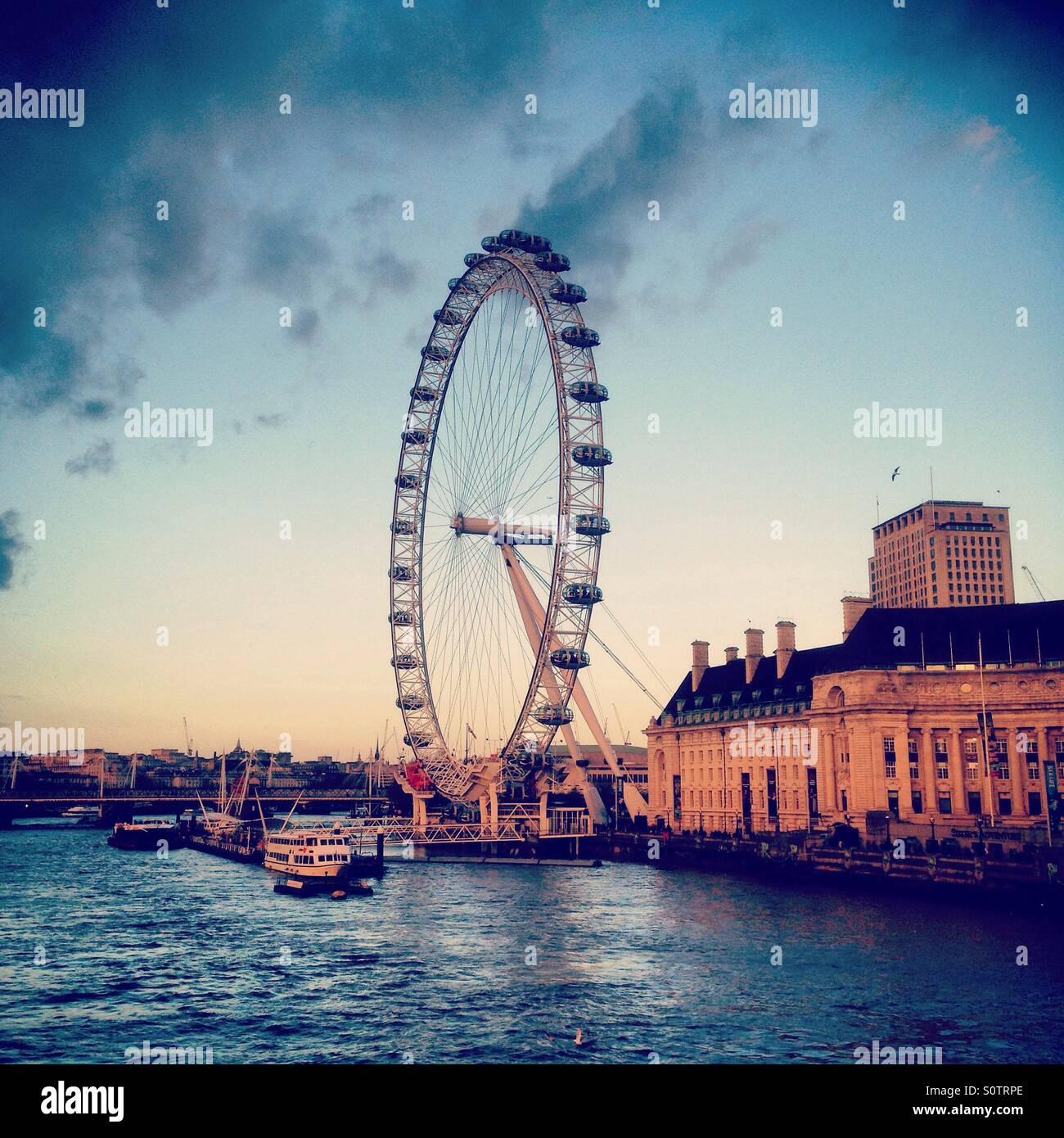 Il London Eye, ruota panoramica sulla riva sud del Tamigi, Londra, Regno Unito. Foto Stock