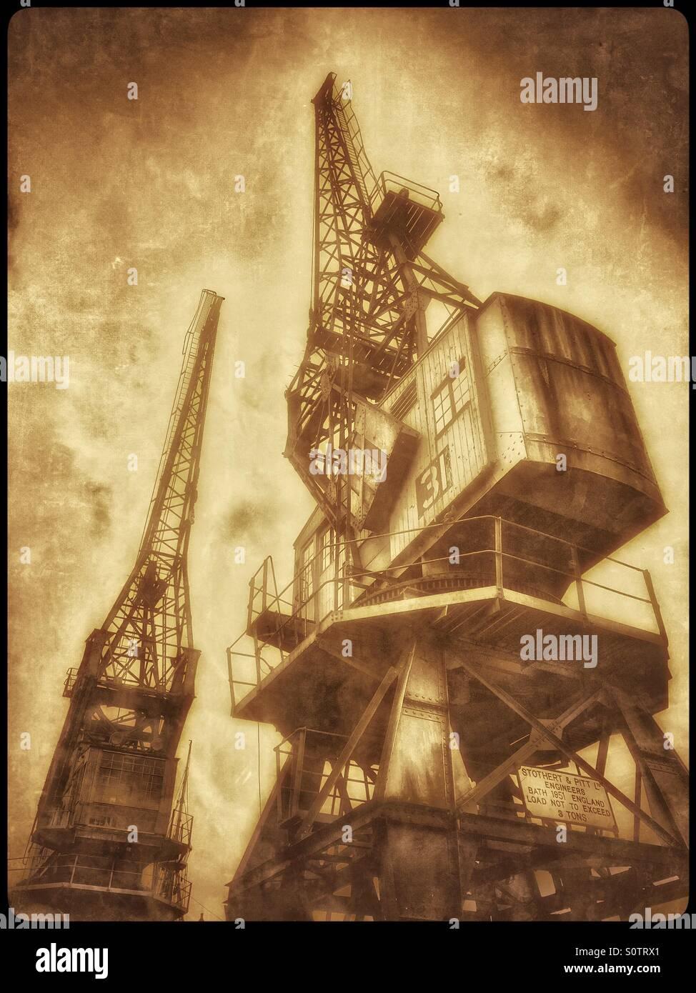 Un seppia effetto antico foto di due gru che sono situati sul bordo della Floating Harbour, vicino al centro città Immagini Stock