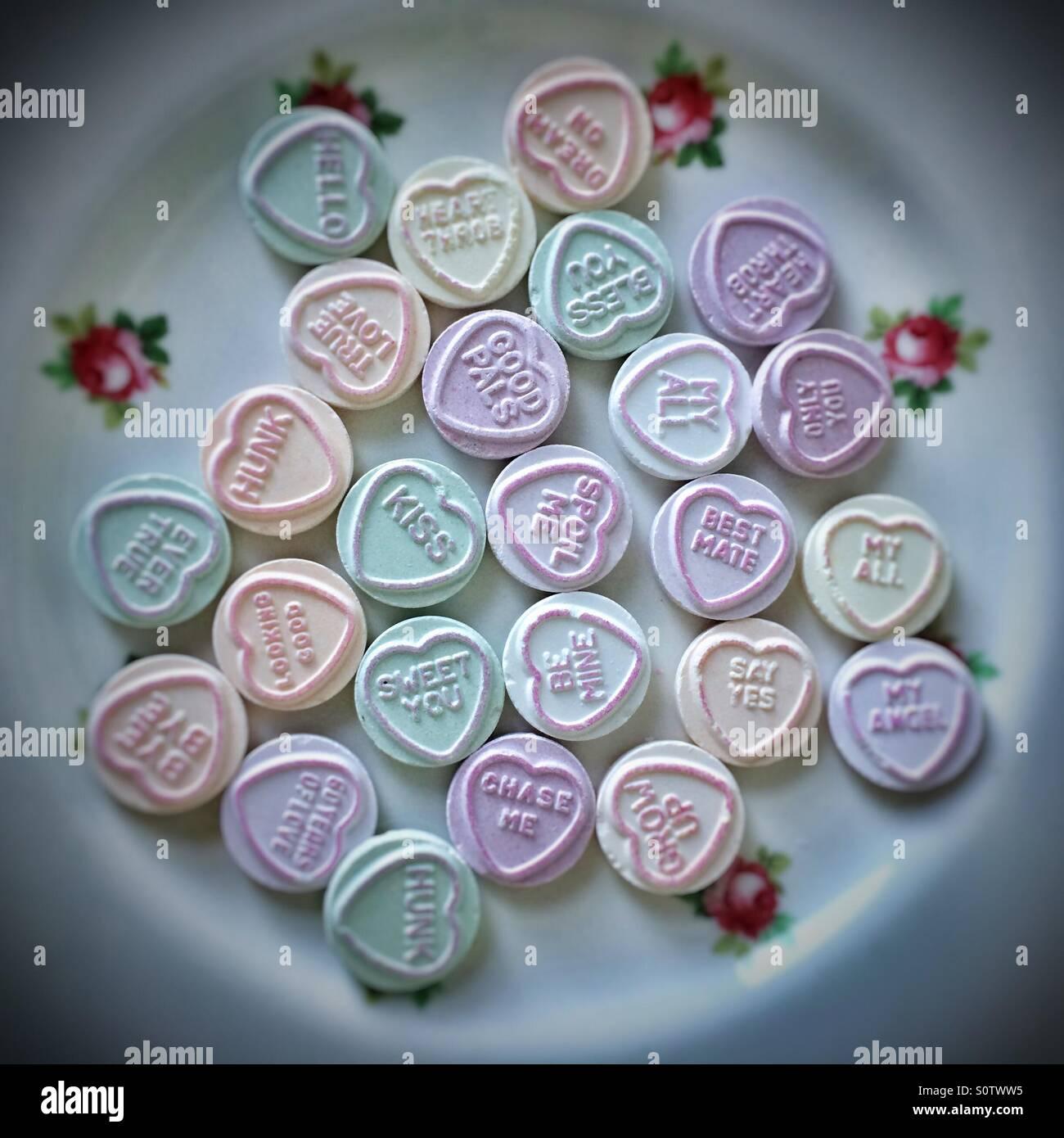 Piuttosto piatto pieno di amore del cuore dolci caramelle Immagini Stock