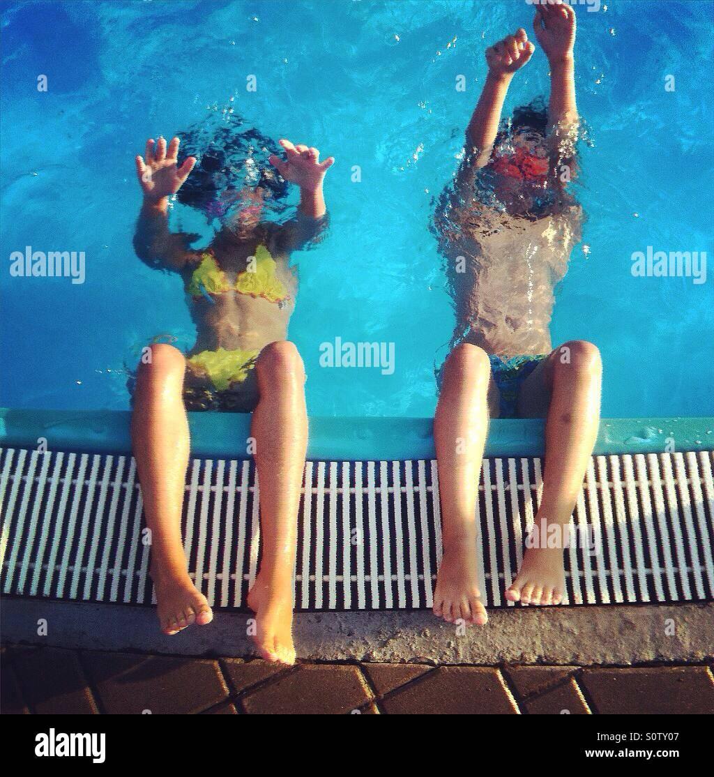 I bambini di immersioni in piscina Immagini Stock