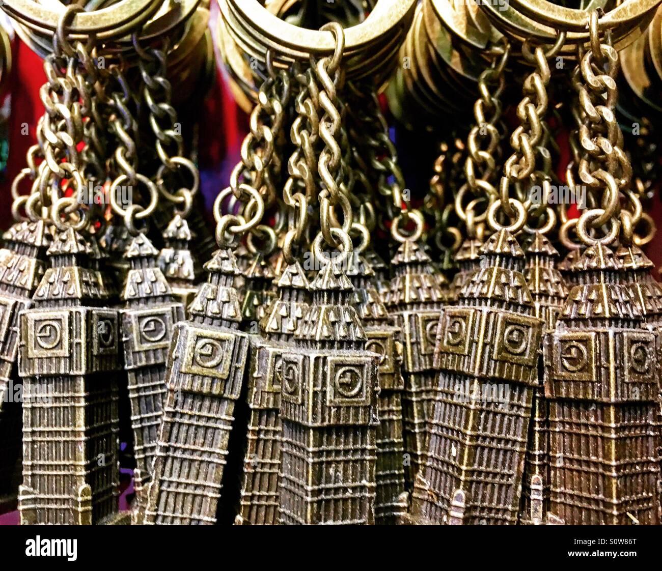 Big Ben souvenir anelli chiave appesa in un negozio di souvenir. Immagini Stock